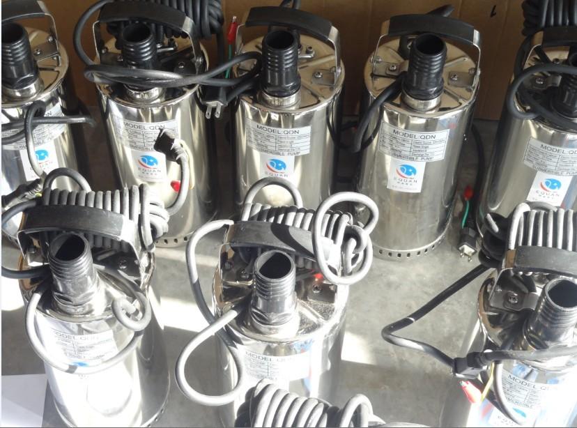 QDN小型不锈钢潜水泵概述: 小型不锈钢耐腐蚀潜水泵整体结构紧凑、体积小、噪声小、节能效果显著,检修方便,无需建泵房使用方便,用途广泛,不受使用条件及范围所局限,特别适用于经常移动或临时急用场合。它不用固定安装,只要套上橡胶管或接上管子,将潜水泵放水底摆平即可,但必须配安全控制箱,确保安全。潜水泵采用不锈钢冲压工艺设计,极大地提高了泵体和叶轮的表层光滑度,使水流磨擦损耗降低到了极致,因此节能效果非常显著。同时也因此使水泵的体积和重量大幅下降,从而非常适合需要移动使用的场合。 泵接触液体全部用非磁性不锈钢铸
