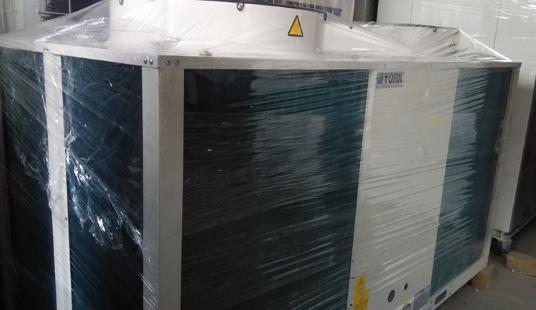 根据主机 根据主机类型可以将空调分为压缩式和吸收式两大类。 压缩式 包括活塞式、螺杆式(分单螺杆和双螺杆两种)、离心式和涡旋式。 吸收式 按用途分类 冷水机组,供应空调用冷水或工艺用冷水。冷水出口温度分为7、10、13、15四种。 冷热水机组,供应空调和生活用冷热水。冷水进、出口温度为12/7;用于采暖的热水进出口温度为55/60。 热泵机组,依靠驱动热源的能量,将低势位热量提高到高势位,供采暖或工艺过程使用。输出热的温度低于驱动热源温度,以供热为目的的热泵机组称为*类吸收式热泵;